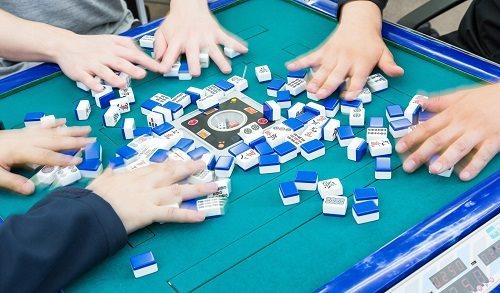 岡山で麻雀を打つなら自動の雀卓がある【雀荘ふれんどりぃ】!学割や無料駐車場もあります